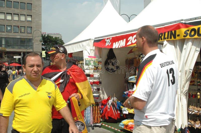 Fãs de futebol alemães e equatorianos nos 2006 campeonatos do mundo em Berlim o 20 de junho de 2006 antes da harmonia entre Equad imagens de stock