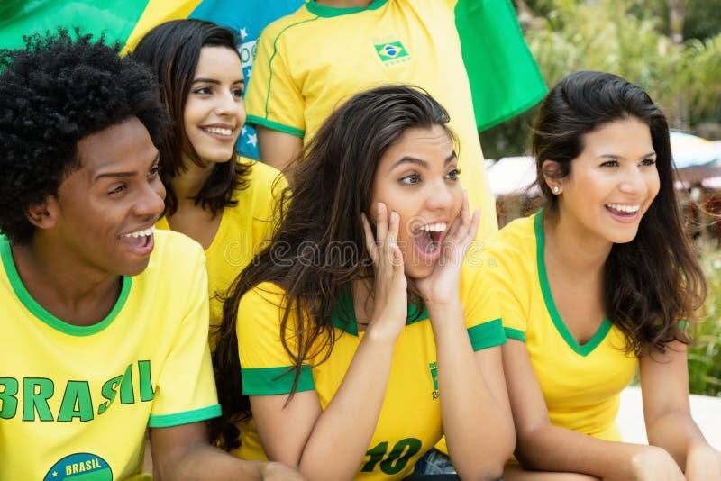 Fãs de futebol brasileiros de riso com bandeira fotos de stock royalty free