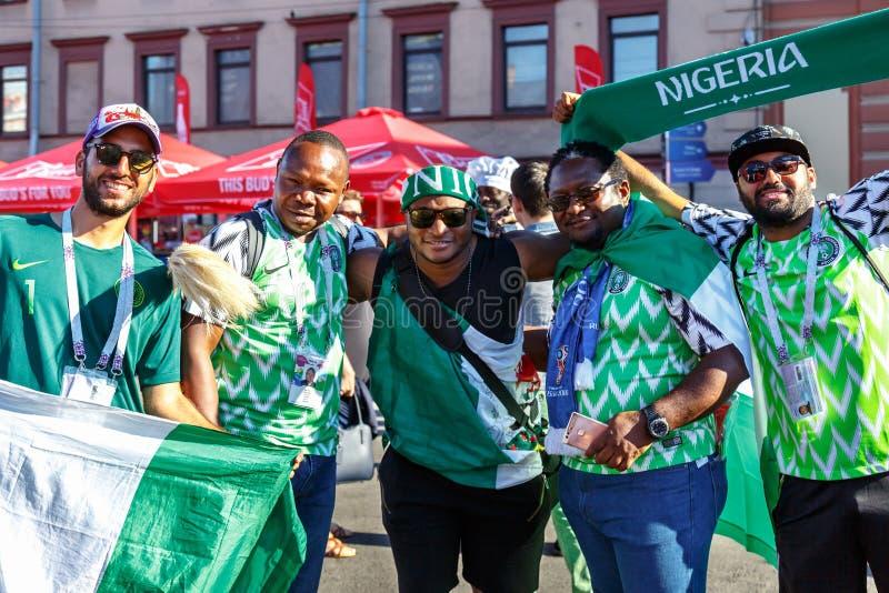 Fãs de futebol da equipe de futebol nacional de Nigéria imagens de stock