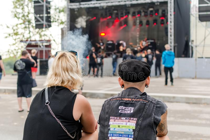 Fãs do metal pesado que olham a fase no festival do ar livre de Metalshow em Latvi foto de stock royalty free