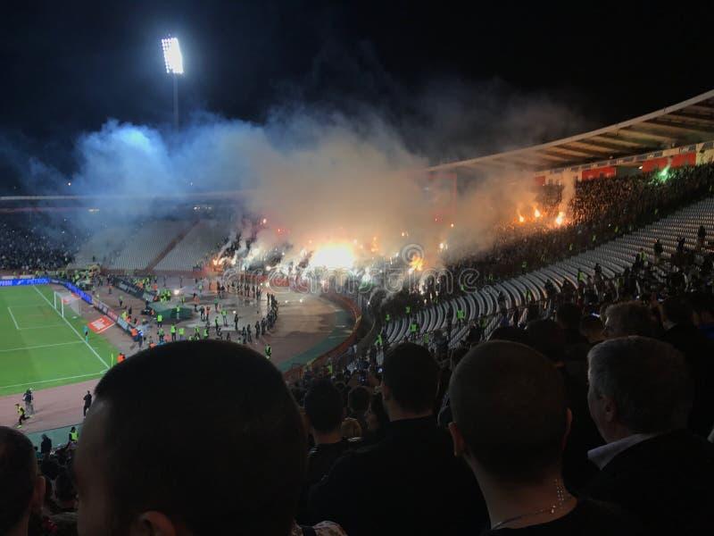 Fãs do Partizan no estádio de Marakana fotos de stock