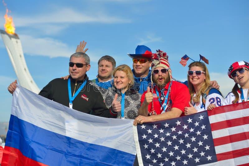 Fãs do russo e do americano em Sochi fotos de stock royalty free