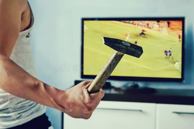 Fãs emocionais que olham o futebol do campeonato do mundo imagens de stock royalty free