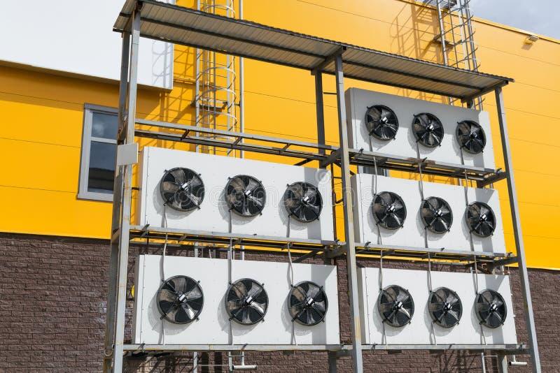 Fãs exteriores para o condicionamento de ar e a ventilação imagem de stock royalty free