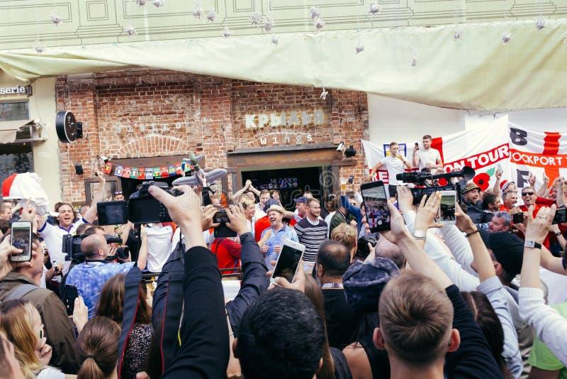 Fãs ingleses que chanting na rua em Moscou imagens de stock