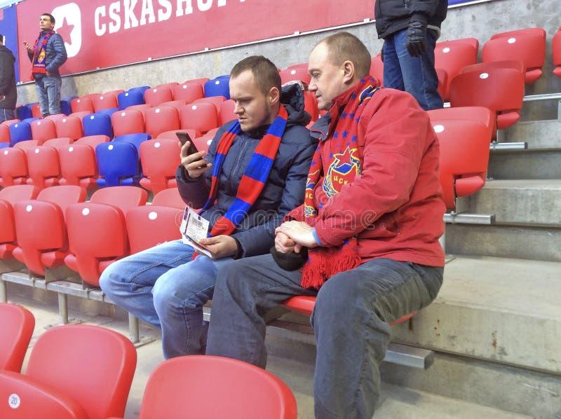 Fãs no estádio de CSKA em Moscou durante o jogo CSKA-Rostov fotografia de stock royalty free