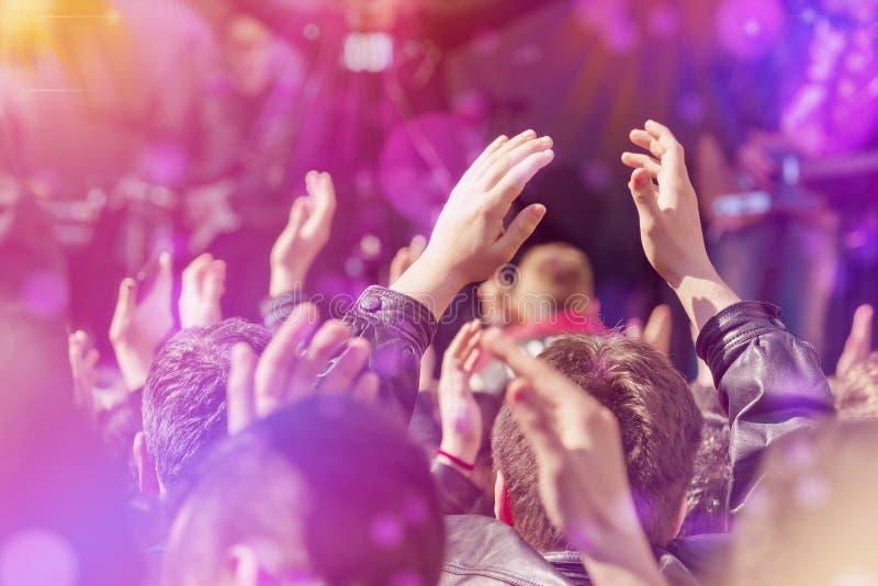 Fãs que aplaudem à faixa Live Performing da música na fase fotografia de stock