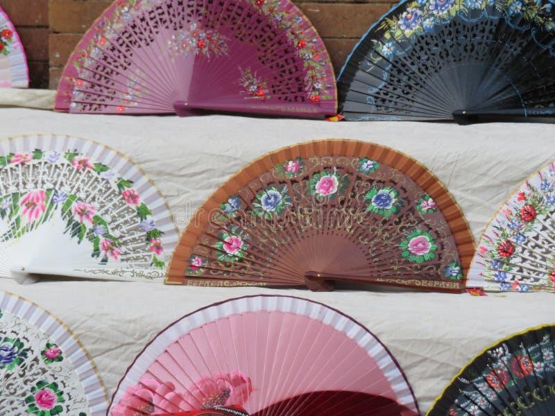 Fãs típicos bonitos para refrigerar o ar e o calor do verão foto de stock