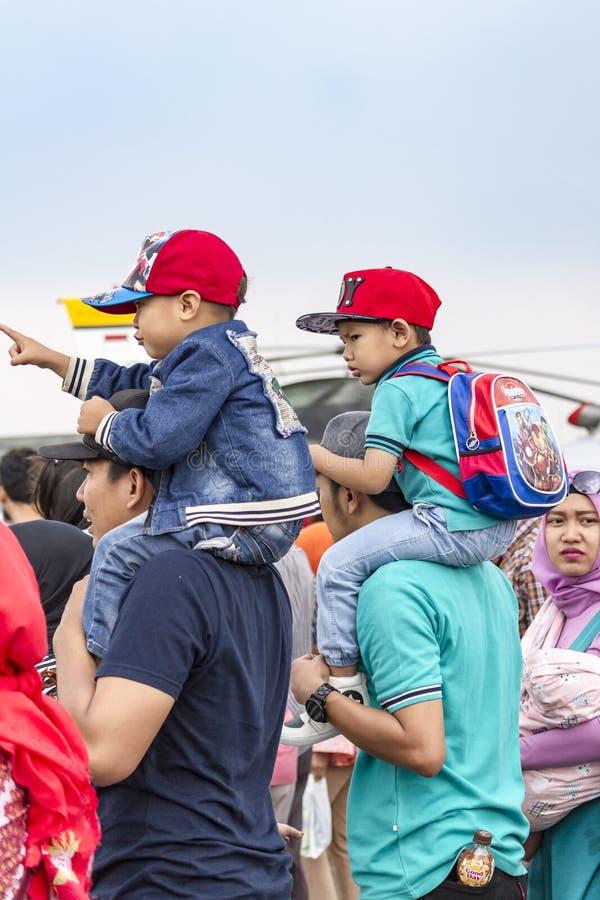 Fäder bar söner på skuldror, den Bandung flygshowen 2017 royaltyfria foton