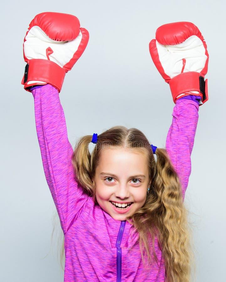 Fähigkeit des erfolgreichen Führers Sport-Erziehung Nettes Kind des Mädchens mit den roten Handschuhen, die auf weißem Hintergrun lizenzfreie stockbilder