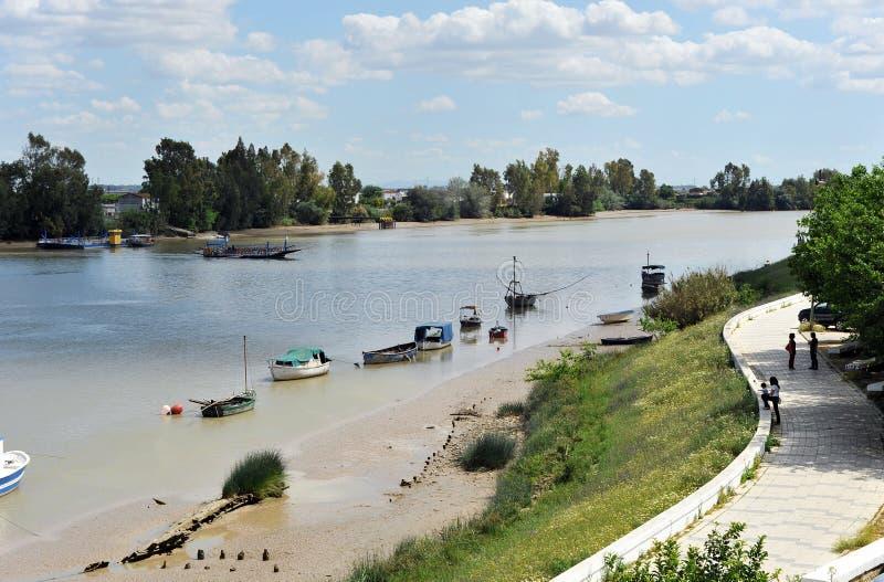 Fähre über dem Guadalquivir-Fluss, wie er durch Coria Del RÃo, Sevilla, AndalucÃa, Spanien überschreitet lizenzfreie stockfotos