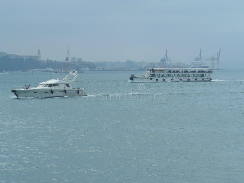 Fähre auf Bosporus in Istanbul, die Türkei stockfotos