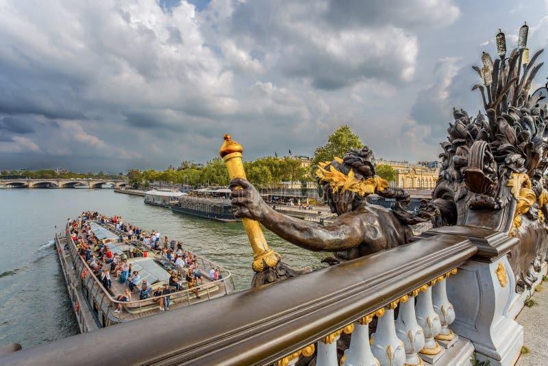 Fähre auf dem Fluss die Seine von Alexander III.-Brücke in Paris, Frankreich stockbilder