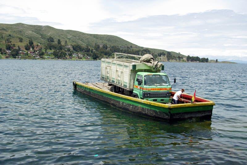 Fähre auf Tiquina Straße - Bolivien lizenzfreies stockbild