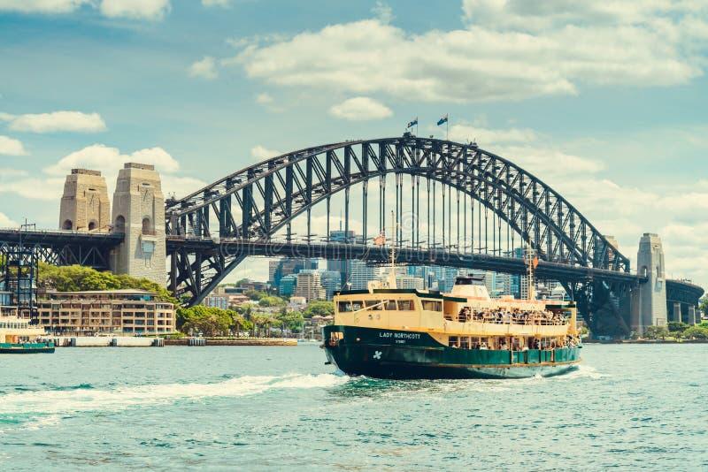 Fähre Dame Northcott nahe Hafen-Brücke in Sydney lizenzfreie stockfotos