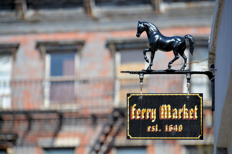 Fähre-Markt-altes Zeichen durch alte Fulton-Straße stockbilder