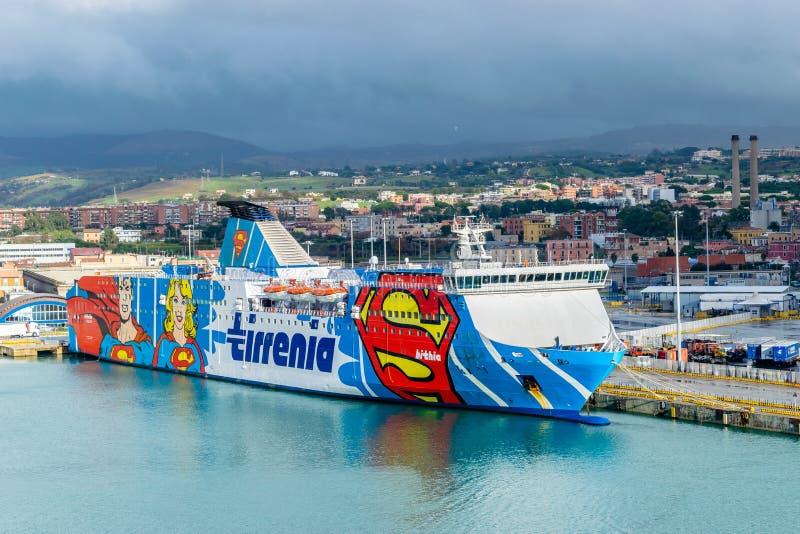 Fähre Tirrenia Bithia am Hafen von Civitavecchia, Rom stockbild