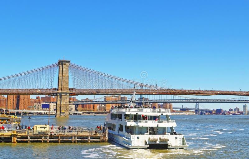 Fähre und Brooklyn-Brücke über East River lizenzfreie stockfotografie