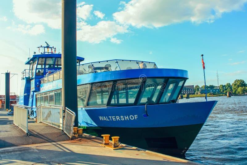 Fähren der öffentlichen Transportmittel des Flusses und Passagierflussbusse auf Wegen auf der Elbe Hamburg Deutschland lizenzfreies stockfoto