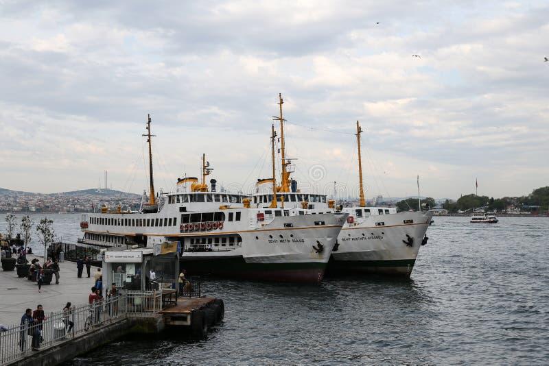 Fähren in Karakoy-Hafen, Istanbul lizenzfreie stockfotos