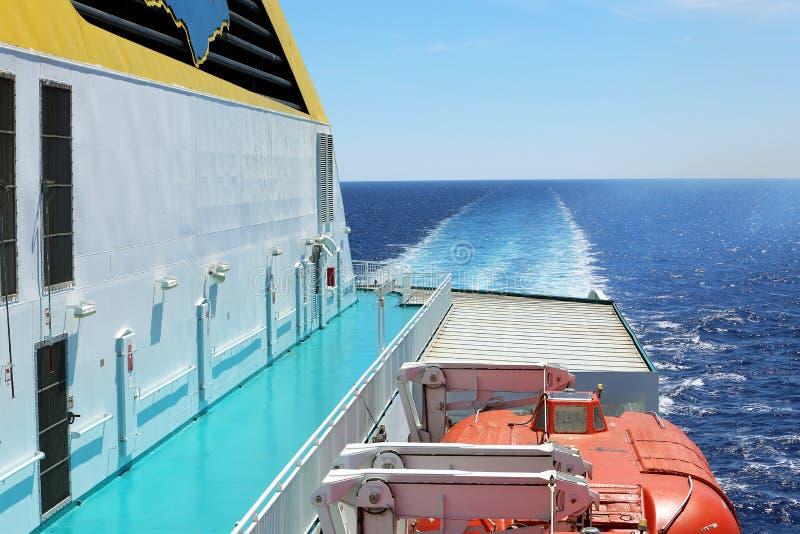 Fähren-Plattform mit Rettungsbooten stockfotografie