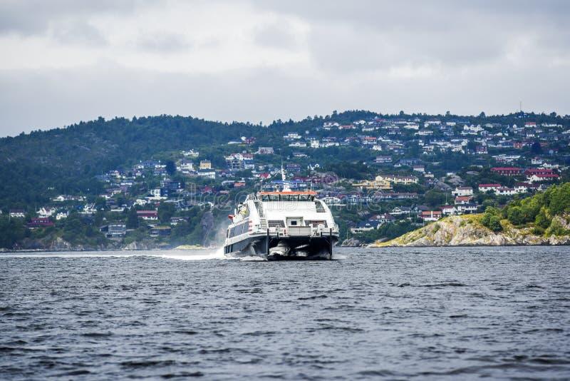 Fährenfjord in der Bucht nahe Bergen, Norwegen stockfotos