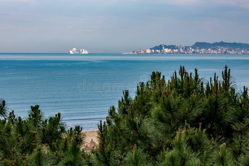 Fährensegeln in Richtung zur adriatisches Seestadt stockfotografie