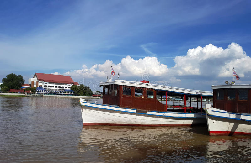 Fährenstation und -fähre auf Fluss lizenzfreie stockfotos