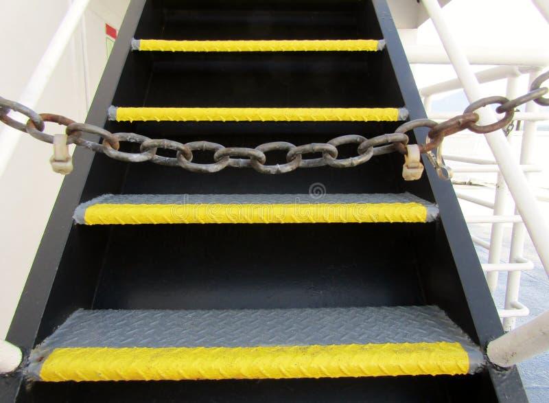 Fährentreppe abgehalten mit Kette lizenzfreies stockbild