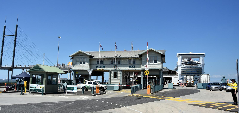 Fährhafengebäude im Hafen Melbourne stockfotos