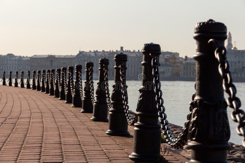 Fäktning av trottoaren staketet av den tomma fot- promenaden i form av järn- stolpar och en tjock järnkedja royaltyfri fotografi