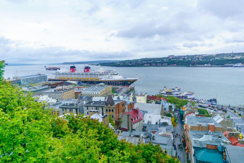 Fäll ned staden och helgonet Lawrence River, i Quebec City arkivfoto