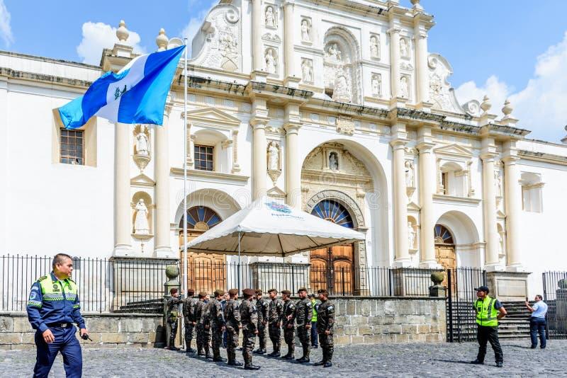 Fälla ned av den guatemalanska flaggan på självständighetsdagen, Guatemala arkivbild