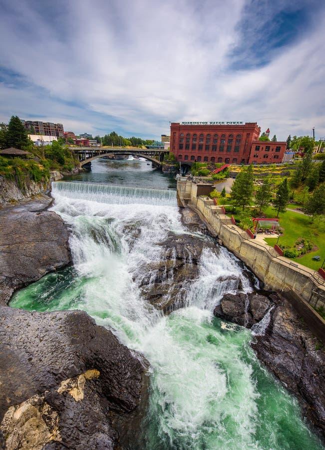 Fälle und das Washington Water Power-Gebäude entlang dem Spokane-Fluss stockfoto