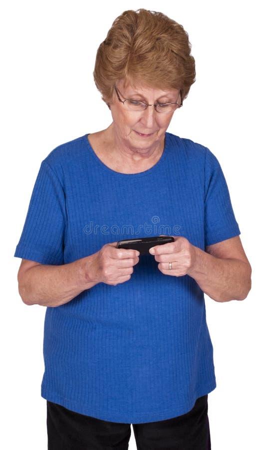 Fällige ältere Frau Texting auf dem Handy getrennt lizenzfreies stockfoto