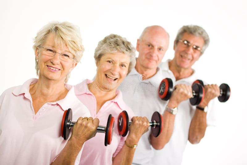Fällige anhebende Gewichte der älteren Leute lizenzfreies stockfoto