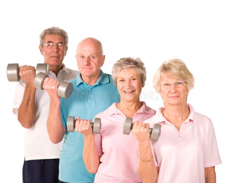 Fällige anhebende Gewichte der älteren Leute stockbilder