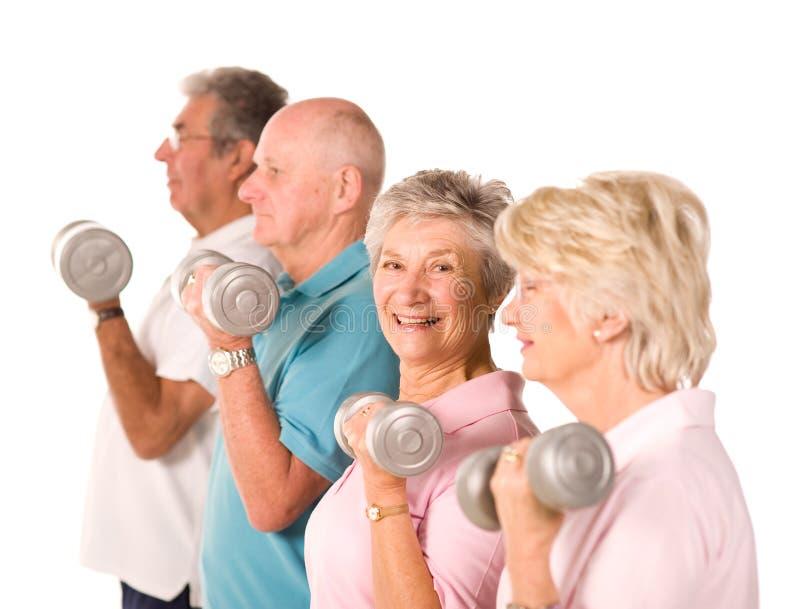 Fällige anhebende Gewichte der älteren Leute lizenzfreie stockfotografie