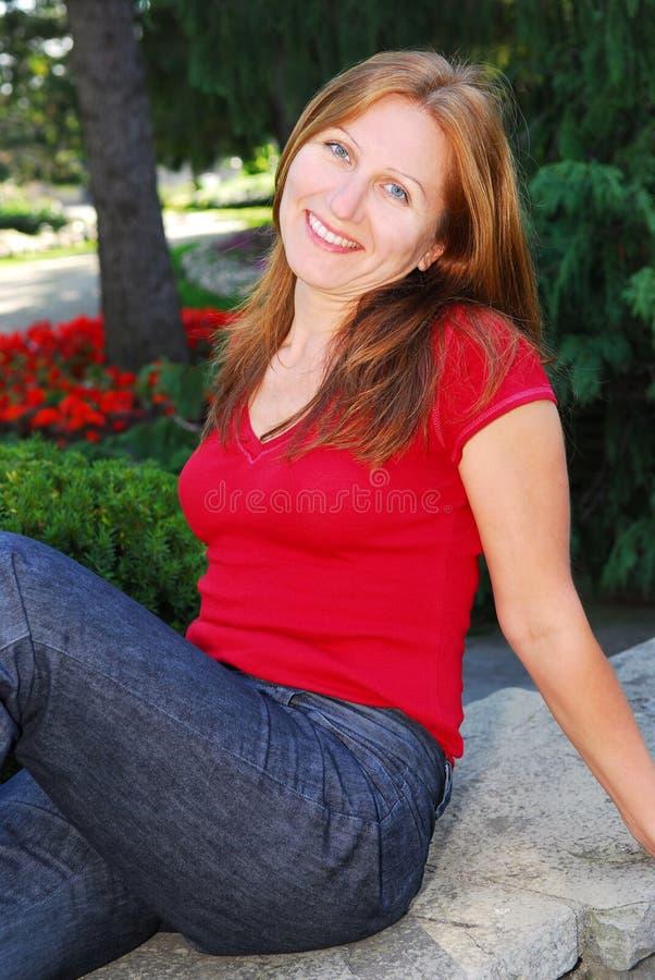 Fällige entspannende Frau stockfotos
