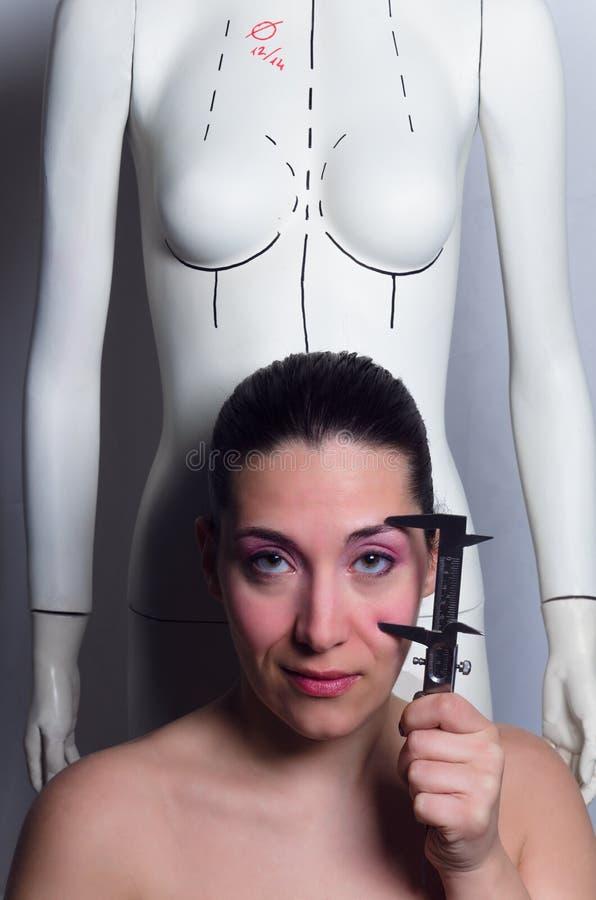 Fällige Frau über Weiß stockfotografie