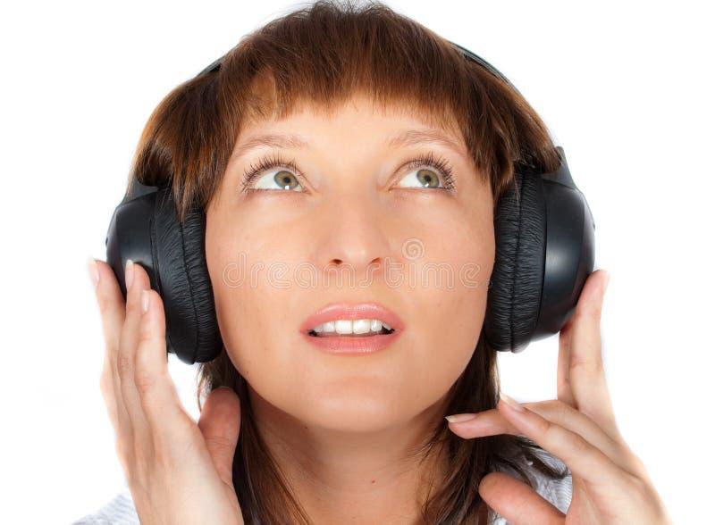 Fällige Frau in den Kopfhörern lizenzfreies stockbild
