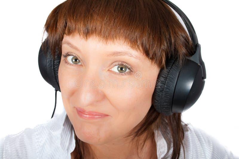 Fällige Frau in den Kopfhörern lizenzfreie stockfotografie