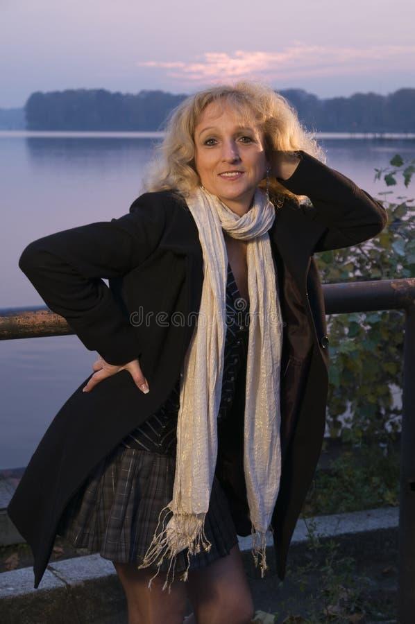 Fällige Frau, die drei Viertel aufwirft lizenzfreie stockfotografie
