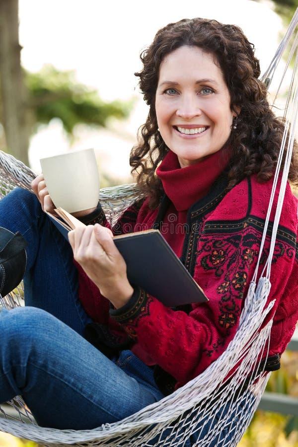 Fällige Frau, die ein Buch liest lizenzfreies stockbild