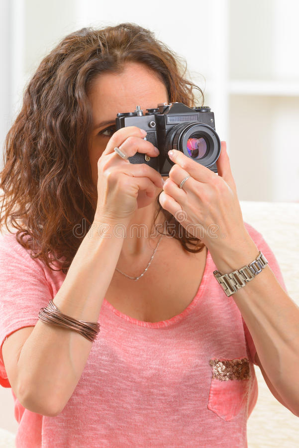 Fällige Frau, die Fotos macht stockfotos