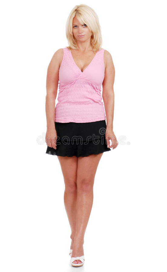 Fällige Frau, die kurzen Rock und rosafarbene Oberseite trägt stockfotografie