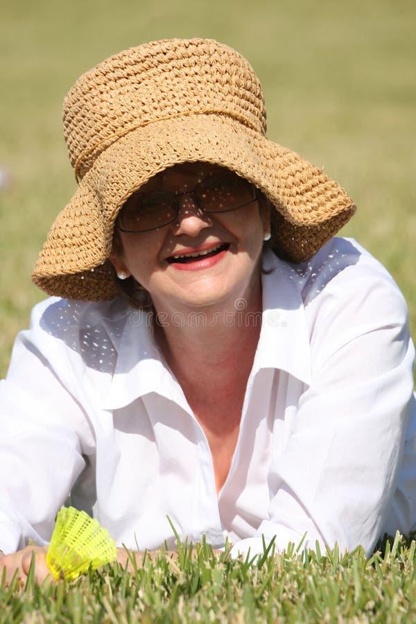 Fällige Frau im Sommerhut stockbilder