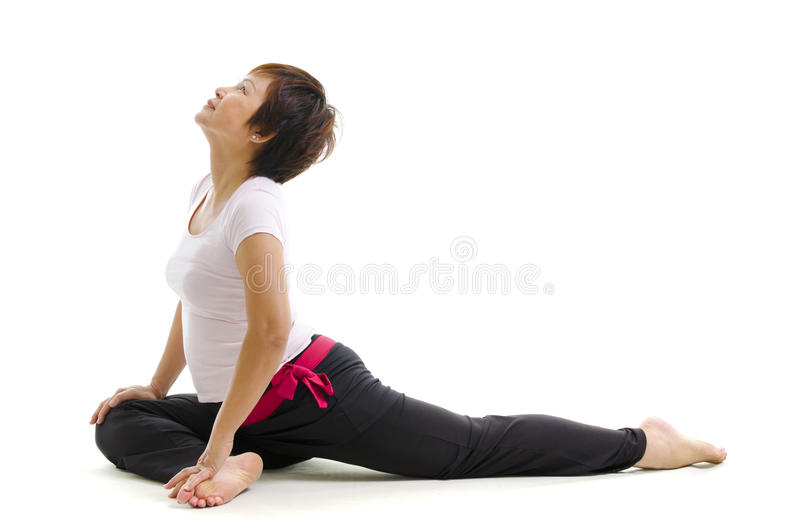 Fällige Frau im Yoga stockfoto