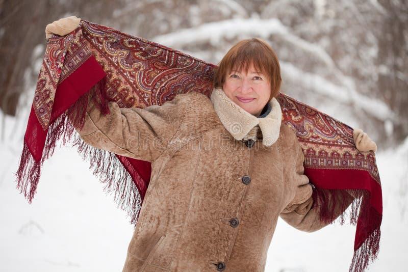 Fällige Frau mit babushka stockfotografie