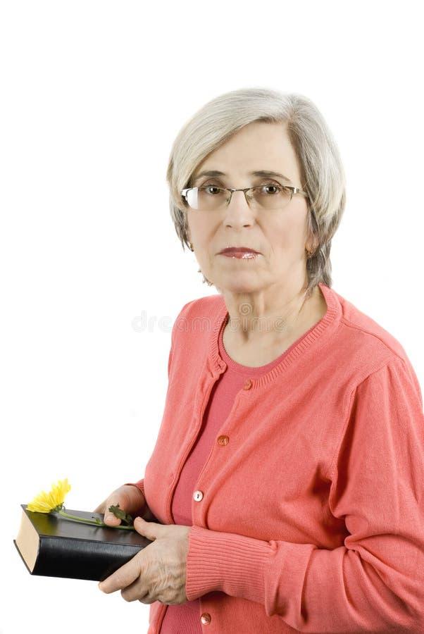 Fällige Frau mit Buch lizenzfreie stockbilder